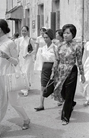 19 Jun 1965 --- Original caption: Her beret and military blouse distinguishes Ho Thi Que from other Vietnamese women as she walks through the city street. The Tiger Lady was on her way to visit one of the battalion's wounded at the hospital here. --- Image by © Bettmann/CORBIS
