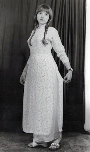 Chị Judit trong trang phục áo dài