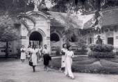 Học sinh mặc cả váy và áo dài lúc tan trường