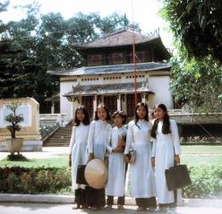 Saigon 1972 - Nữ sinh trước Đền Kỷ Niệm trong Sở Thú