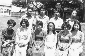 từ trái qua là các cô Kim Sa, Huỳnh Trung Dung, Liên Anh, em cô Thịnh, Trần Thị Trị, Hoàng Thị Thịnh.